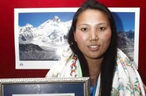 Jauna šerpė įveikė Everestą dukart per savaitę