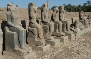Egipte rasta 14 karo deivės skulptūrų