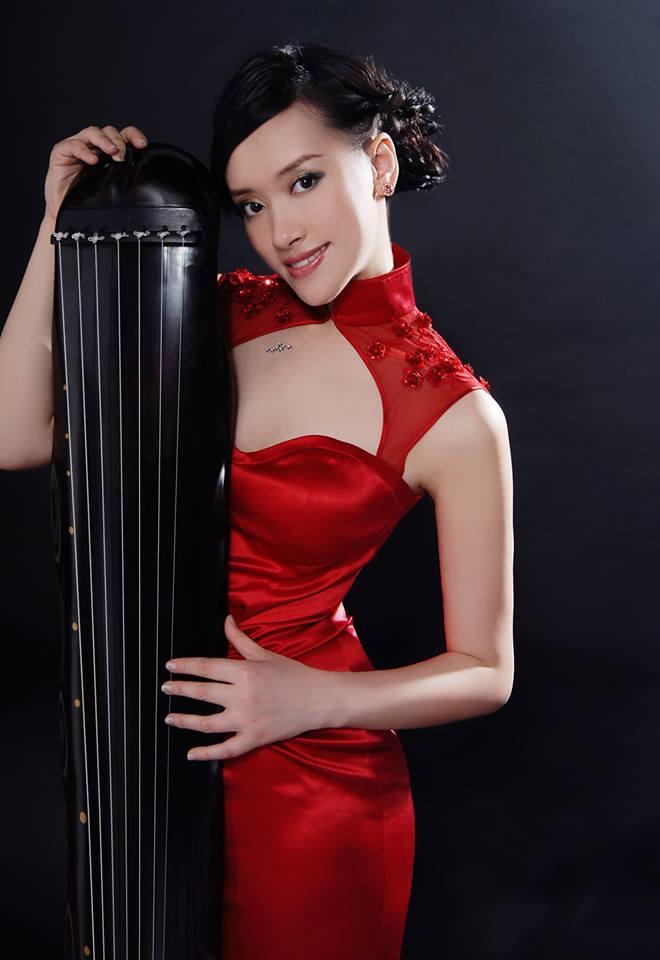 Guqin (gučino) virtuozė Zhao Xiaoxia