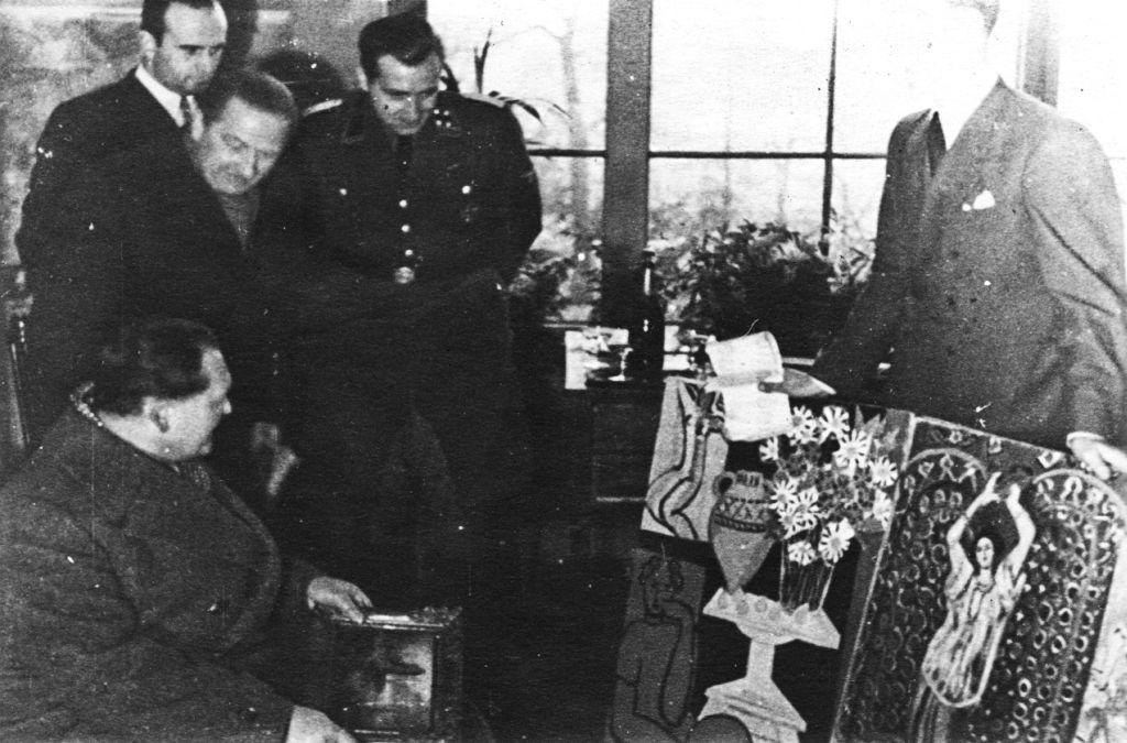 """Paryžius, 1941 m.: Nacionalinėje """"Du Jeu de Paume"""" galerijoje reichsmaršalas Hermanas Geringas (vok. Hermann Göring, 1893 – 1946) apžiūrinėja du A. Matiso paveikslus. Abu šie paveikslai buvo pavogti iš žydų meno kolekcionieriaus P."""
