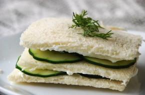 Klasikinis angliškas sumuštinis su agurkais